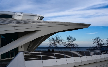 outside shot of the milwaukee art museum : the outside of the milwaukee art museum set against the panorama of lake michigan